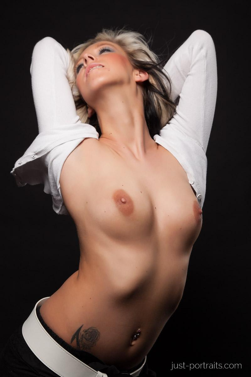 https://www.just-portraits.com/images/galleries/christiane-sc-shooting-nude/120311_1009p.jpg